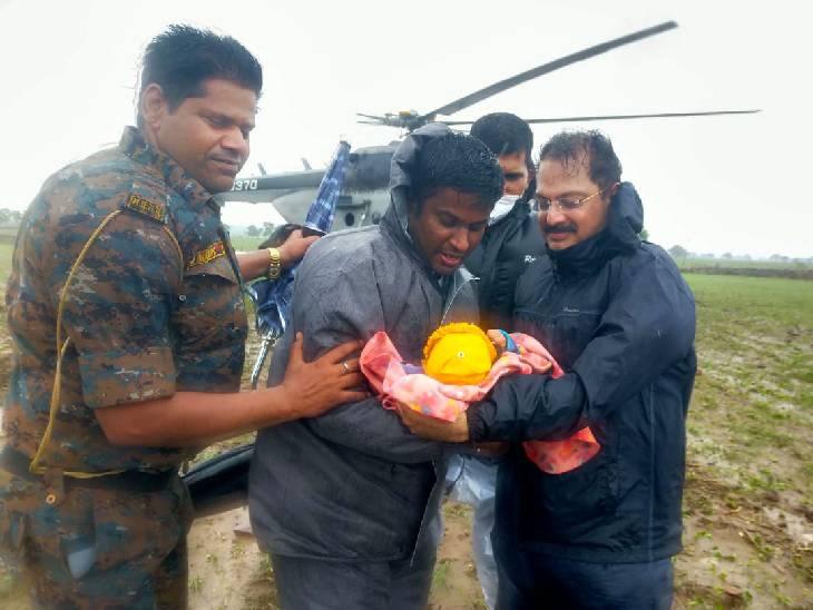 रेस्क्यू के दौरान टीम ने 3 महीने की बच्ची को भी बचाया। कलेक्टर और एसपी बच्ची को गोद में लेकर आए।