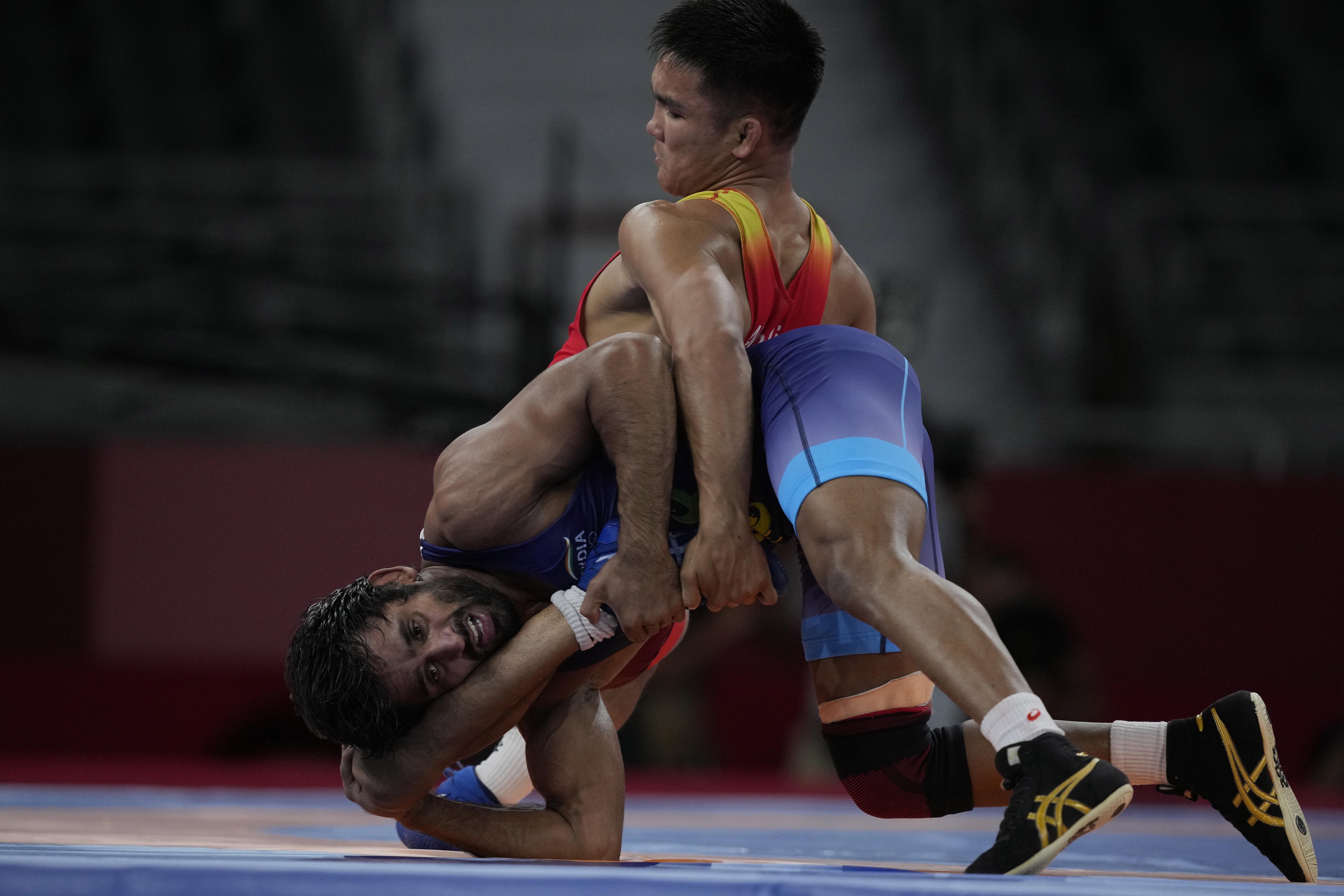 प्री-क्वार्टर फाइनल में बजरंग ने किर्गिस्तान के एर्नाजर अकमातालिवे को हराया।