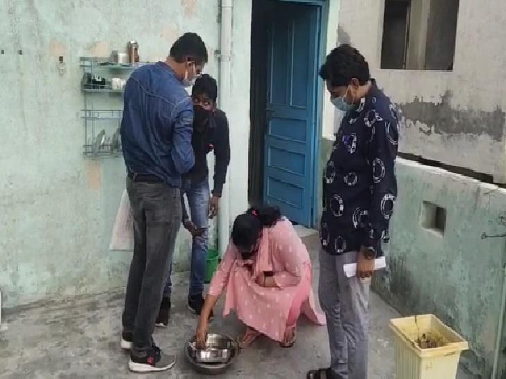 छोटू राम नगर में छापेमारी के दौरान स्वास्थ्य विभाग की टीम। - Dainik Bhaskar