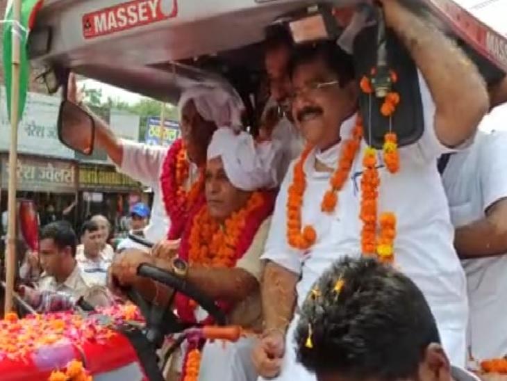 भाजपा की तिरंगा यात्रा का नेतृत्व करते रणबीर गंगवा।