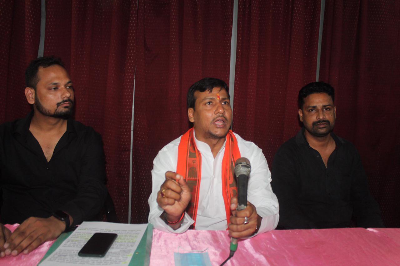 पूर्व चेयरमैन रूपेश श्रीवास्तव ने लखनऊ में प्रेस वार्ता की। - Dainik Bhaskar