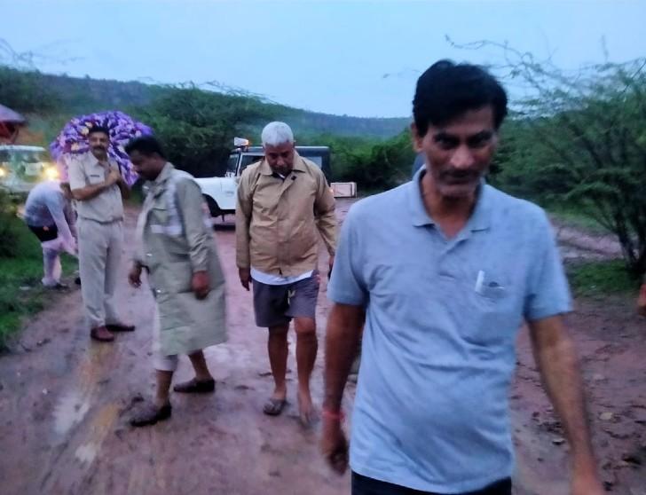 पर्यटक स्थल पर पिकनिक पर गए 12 लोग नाले में पानी आने से दूसरी छोर पर फंस गए।