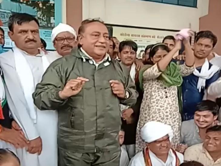 दिग्विजय के भाई लक्ष्मण सिंह बोले- इन जूता उठाने वाले नेताओं से कुछ नहीं होगा; इनका नेता लापता है, केंद्रीय मंत्री हैं खुद हेलीकॉप्टर से आ सकते थे|गुना,Guna - Dainik Bhaskar