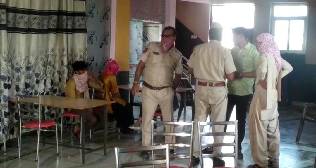 होटल में जांच पड़ताल करती सदर थाना पुलिस। - Dainik Bhaskar