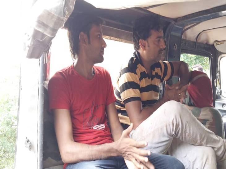 कालपी की बाढ़ का नजारा देखने के लिए डूबे छह दोस्तों में बचाए गए सोनू और अरमान।