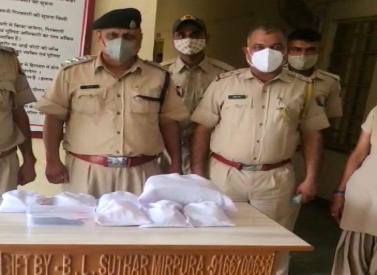 जब्त सामान के साथ पुलिस टीम। - Dainik Bhaskar