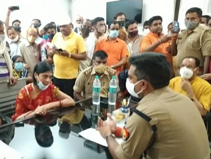 कोतवाली के अंदर मृतक के परिजन के साथ पहुंचे पूर्व मंत्री रविन्द्र शुक्ल ने पुलिस को दी चेतावनी