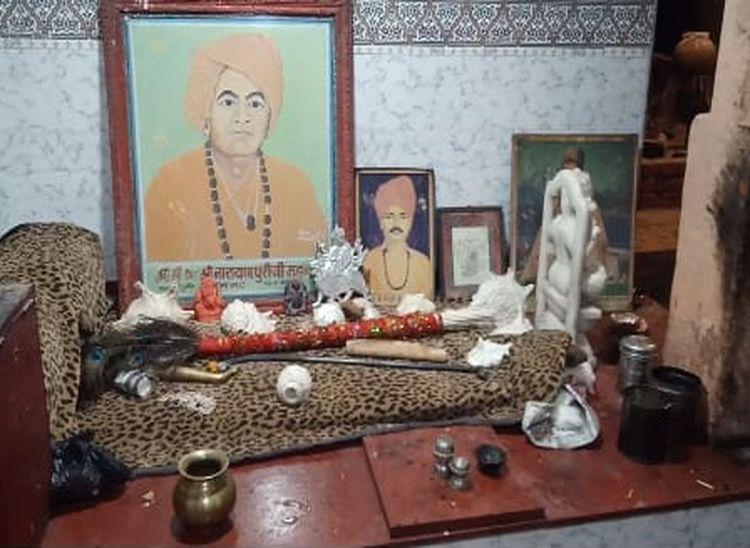 मठ में रखी संत चंदपुरी की छड़ी जो करीब 900 साल पुरानी हैं।