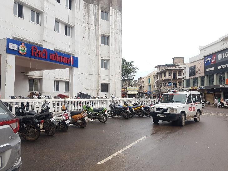 कोतवाली पुलिस बदमाशों की तलाश कर रही है। - Dainik Bhaskar