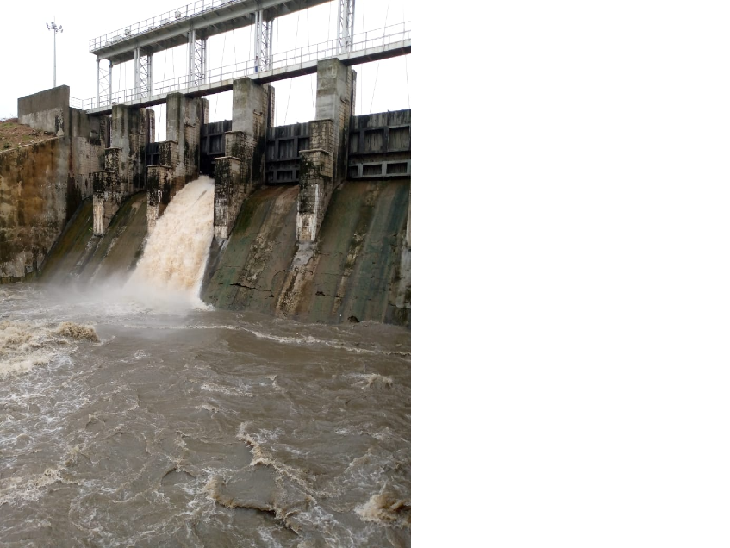 जेतपुरा बांध भरने के बाद भी लगातार पानी की आवक को देखते हुए बांध का गेट नंबर 4 को 2 फीट खोला गया