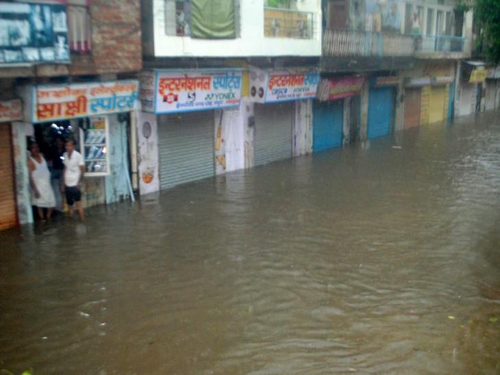 शहर की दुकानें भी डूबी हुई नजर आईं।