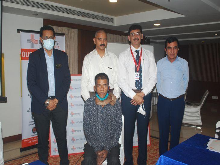 मरीज पद्मसिंह के साथ सर्जरी करने वाले डॉक्टर। - Dainik Bhaskar