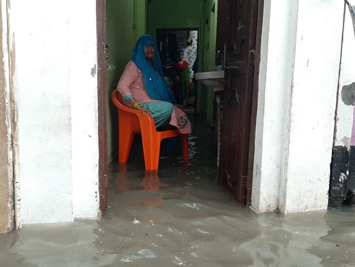 बारिश के कारण घरों में पानी भर गया।