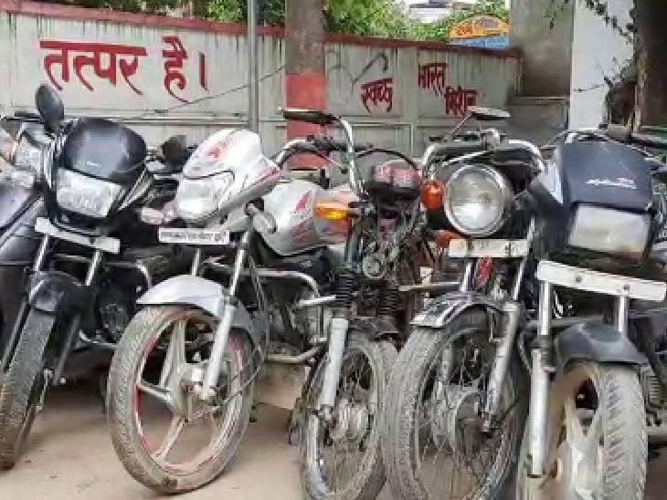 अन्य जनपदों व राज्यों से चुराई की गई 10 बाइक, बाइक के पार्ट्स और नम्बर प्लेट भी बरामद की गईं।