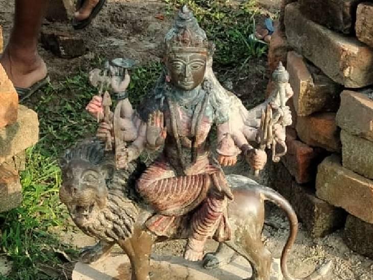 नदी में एक हजार पुरानी मां दुर्गा की मूर्ति मिली है। - Dainik Bhaskar