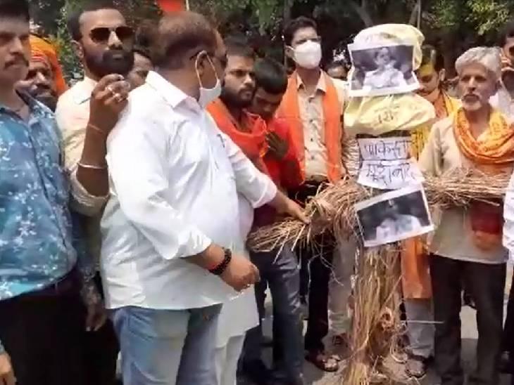शाहजहांपुर में विश्व हिंदु परिषद व बजरंग दल के कार्यकर्ताओं ने फूंका इमरान खान का पुतला। - Dainik Bhaskar