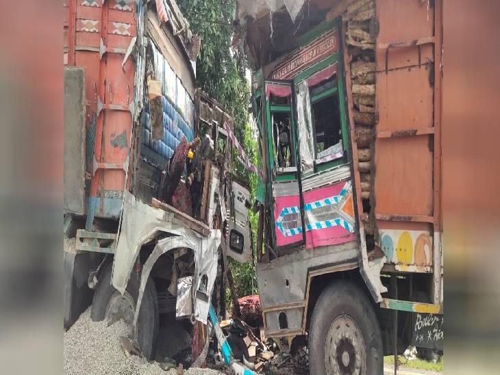 रामपुर में दो ट्रकों में आमने-सामने भिड़ंत हो गई। इस हादसे में दो लोगों की मौत हो गई। - Dainik Bhaskar
