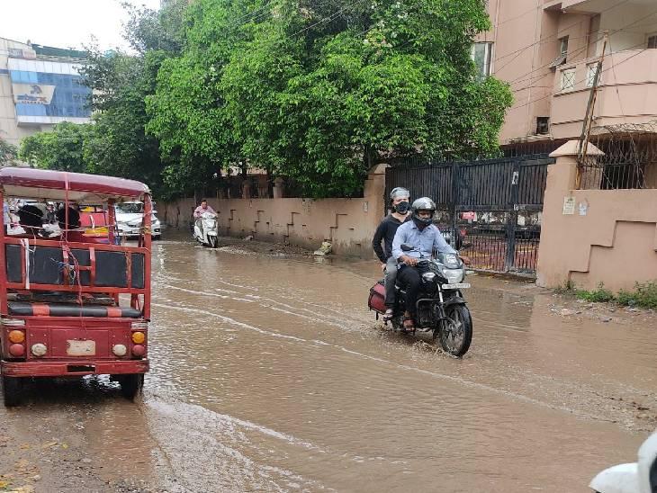 जरा सी बारिश से ही जलमग्न हुई सड़कें