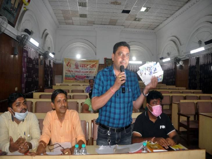 नगर निगम की बैठक में भाजपा पार्षद प्रस्तावों पर विचार रखते हुए