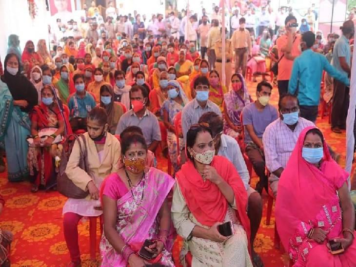 रामपुर स्थित मुख्य कार्यक्रम में मौजूद हितग्राही।