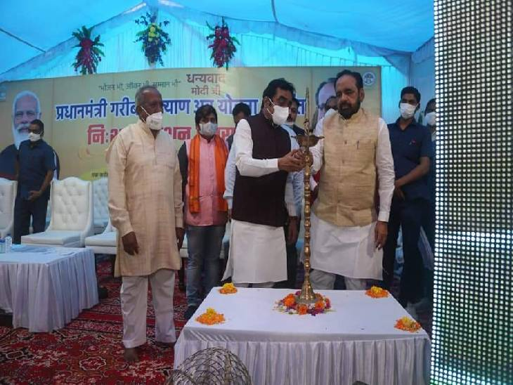मुख्य कार्यक्रम का शुभारंभ करते हुए प्रभारी मंत्री भार्गव और सांसद राकेश सिंह।