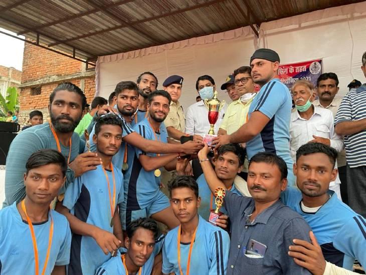 2 गोल दागकर ढेरा बना विजेता, मऊगंज व ढेरा के बीच हुआ फाइनल का रोमांचक मुकाबला, सेमीफाइनल में ही बाहर हो गई थी नईगढ़ी टीम|रीवा,Rewa - Dainik Bhaskar
