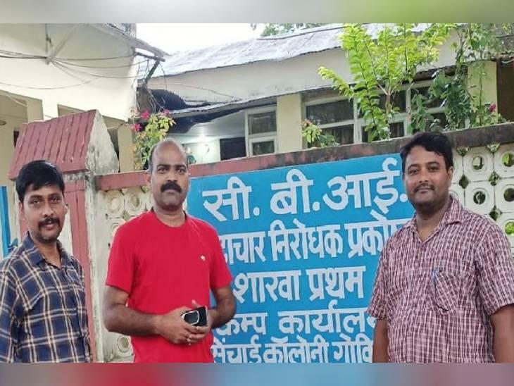 शनिवार को प्रयागराज के गोविंदपुर स्थित सीबीआई के कैंप कार्यालय के सामने खड़े प्रतियोगी छात्र संघर्ष समिति के अध्यक्ष (मध्य में) अवनीश पांडेय व अन्य प्रतियोगी। इन लोगों ने ही धांधली का यह मुद्दा उठाया था।