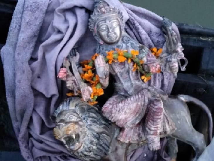 मुछआरों ने घाट पर मूर्ति रखकर उसकी पूजा-अर्चना की।