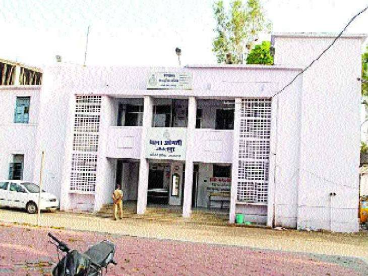 आरोपी के पिता कांग्रेस नेता बाबू सोनकर का कार्यालय है शिक्षिका के घर के सामने, एक साल से शिक्षिका पर बना रहा शादी का दबाव|जबलपुर,Jabalpur - Dainik Bhaskar