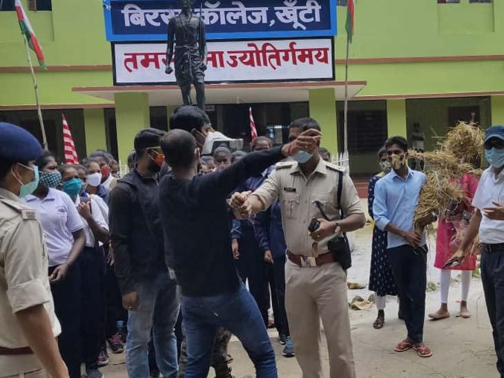 छात्रों ने मुख्यमंत्री हेमंत सोरेन और धनबाद SDM का पुतला दहन का प्रयास किया, जिसे पुलिस ने विफल कर दिया।