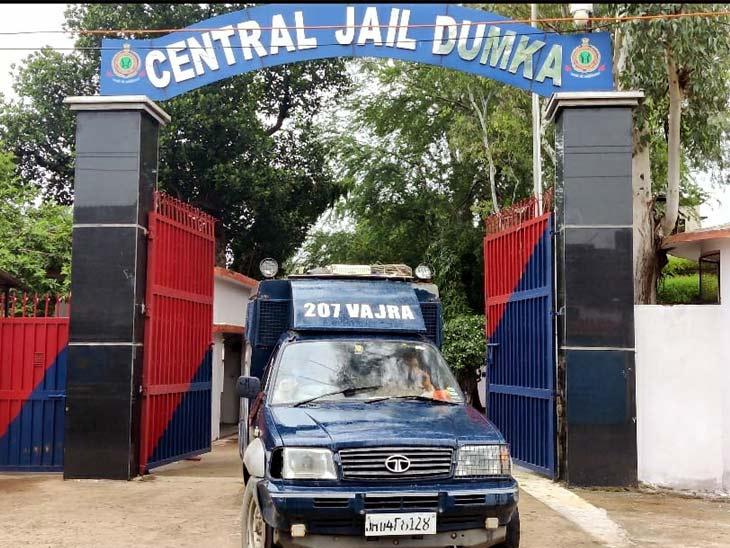कड़ी सुरक्षा व्यवस्था के बीच झरिया के पूर्व विधायक संजीव सिंह को दुमका जेल से धनबाद जेल ले जाया गया - Dainik Bhaskar