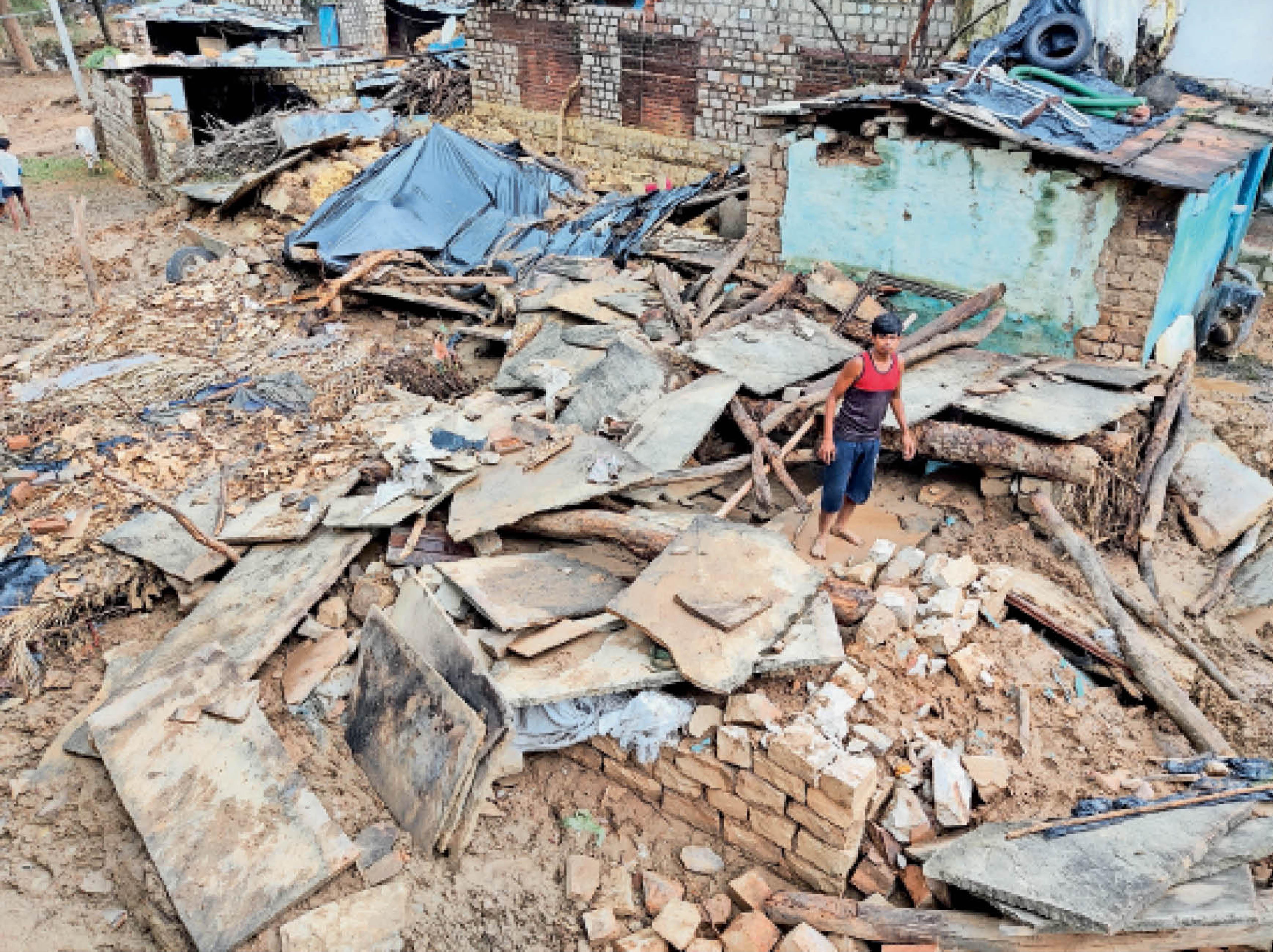 शिवपुरी। बैराड़ के ऐचवाड़ा गांव में घर तबाह होने के बाद सामान ढूंढता युवक।