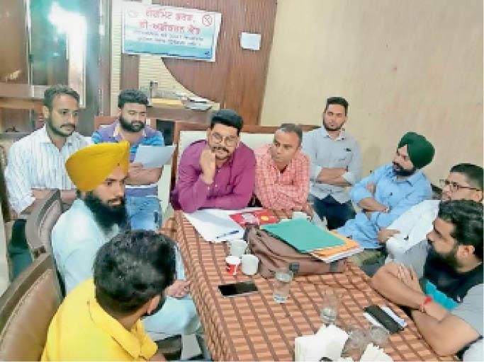 बैठक में भाग लेते हुए नशा छुड़ाओ केंद्र के कर्मचारी । - Dainik Bhaskar