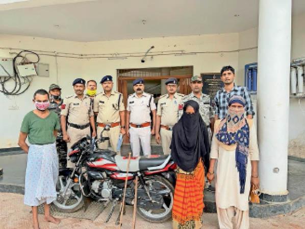 दंतेवाड़ा। पुलिस की गिरफ्त में आरोपी और बरामद सामान। - Dainik Bhaskar