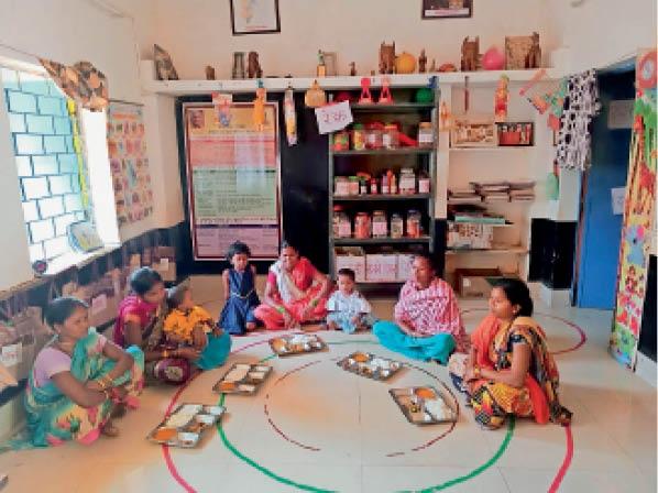 जगदलपुर। आंगनबाड़ी केंद्र में गर्म खाना खाती गर्भवती महिलाएं। - Dainik Bhaskar