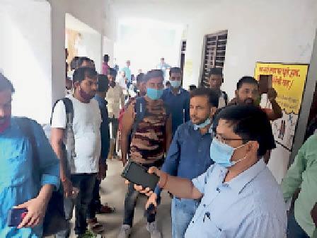 शनिवार को निरीक्षण के दौरान निर्देश देते डीईओ । - Dainik Bhaskar