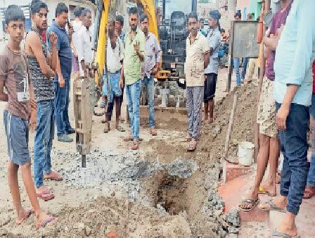 सिमरी बख्तियारपुर में काम का विरोध करते ग्रामीण। - Dainik Bhaskar