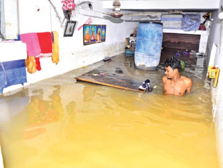 सेंदरी में बधिया बांध फूटा, 30 घरों में 5 फीट तक भरा पानी, जान बचाकर भागे ग्रामीण बिलासपुर,Bilaspur - Dainik Bhaskar