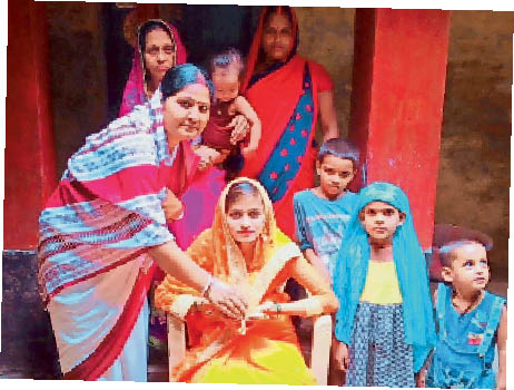 आंगनबाड़ी केंद्र संख्या 76 रस्म पूरी करती सेविका पम्मी देवी - Dainik Bhaskar
