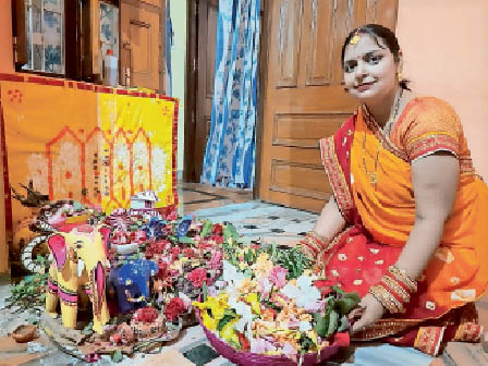 गौरी-शंकर पूजन के लिए फूल जमा करतीं नवविवाहिता। - Dainik Bhaskar
