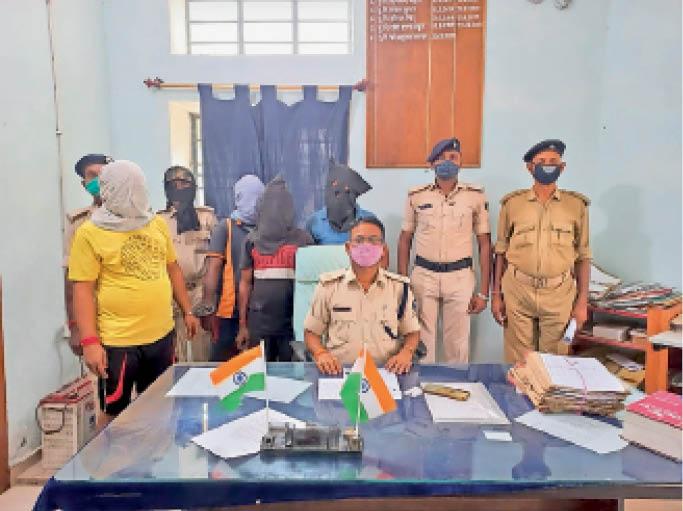 नकली डीजल मामले में गिरफ्तार आरोपी के साथ पुलिस जवान। - Dainik Bhaskar