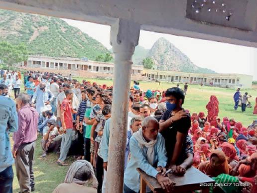 उदयपुरवाटी. वैक्सीनेशन सेंटर पर लगी भीड़। - Dainik Bhaskar
