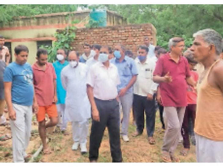 ग्रामीणों ने बारिश से हुआ नुकसान दिखा मुआवजा मांगा तो कलेक्टर बोले-ऑनलाइन आवेदन करो|झुंझुनूं,Jhunjhunu - Dainik Bhaskar