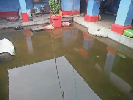 रोहुआ पश्चिमी गांव के खानपुर टोले के आंगन में जमा पानी। - Dainik Bhaskar