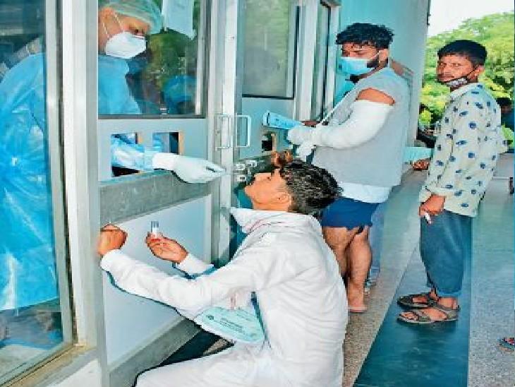 पीजीआई में कोरोना जांच के लिए सैंपल लेते स्वास्थ्य कर्मी। - Dainik Bhaskar
