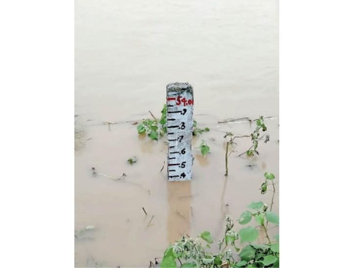 बड़हरा में गंगा का जलस्तर 53.8 मीटर से पार कर गया।