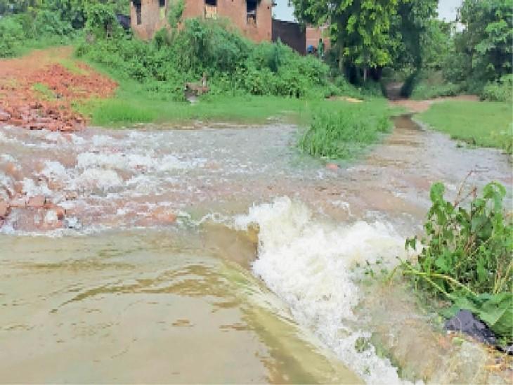 बखोरापुर गांव में प्रवेश करता बाढ़ का पानी। - Dainik Bhaskar