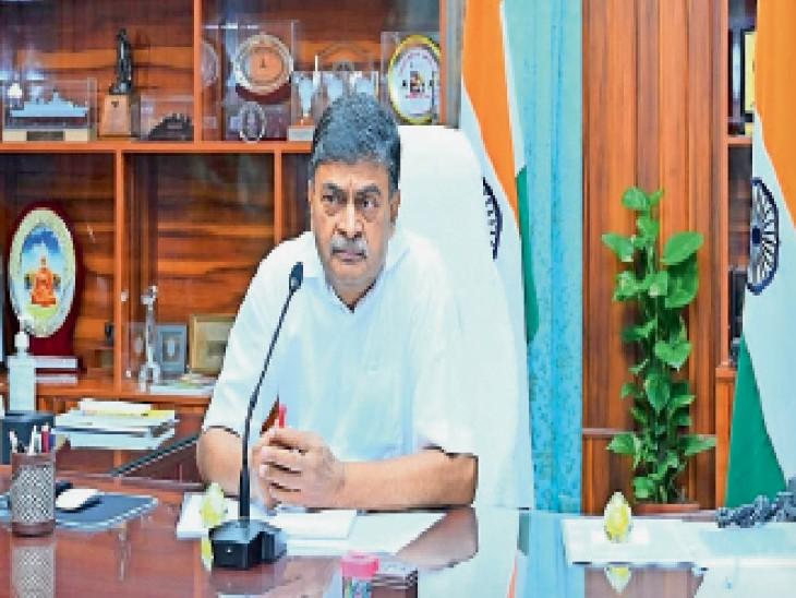वीडियो कॉन्फ्रेंसिंग से समीक्षा करते केंद्रीय मंत्री आरके सिंह। - Dainik Bhaskar