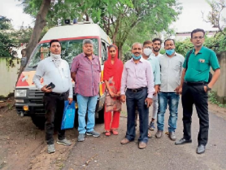 बच्चों के परिवार को रवाना करते मेडिकल टीम - Dainik Bhaskar