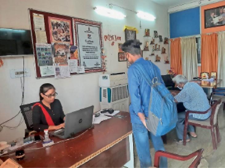 ज्ञान ज्योति आवासीय विद्यालय में बच्चों से बॉन्ड पेपर भरवाते शिक्षक। - Dainik Bhaskar